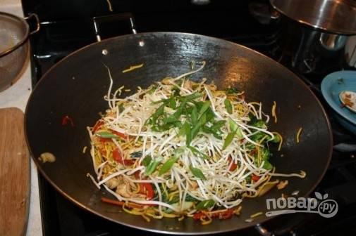 8. Останется только добавить бобы и зелень. Через минуту снимите с огня и подавайте к столу. Приятного аппетита!