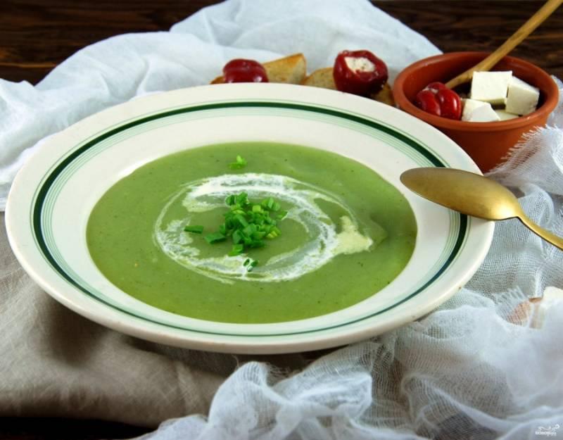 Рубим зеленый лучок. Наливаем супчик в тарелку, украшаем сливками и посыпаем зеленым луком. К такому супу хорошо подать сыр тофу. Приятного аппетита!