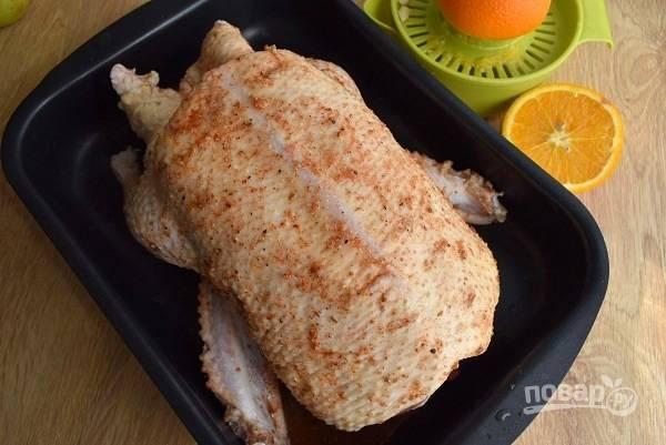Для маринада нам понадобится сок 1 апельсина, золотой сироп (или мед; рецепт золотого сиропа можно найти в моих рецептах) и все специи. Целые семена специй измельчите с помощью скалки или в ступке. Смешайте все ингредиенты для маринада, вотрите его в утку со всех сторон (внутри и снаружи). Оставьте утку мариноваться минимум на 2-3 часа, а лучше — на ночь. Во время маринования утку следует перевернуть несколько раз.