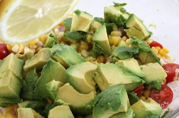 7. Влейте заправку, дополнительно авокадо сбрызните соком лимона.