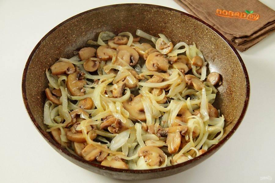 Лук нарежьте перьями и обжарьте с грибами на сковороде до готовности. В конце добавьте соль по вкусу.