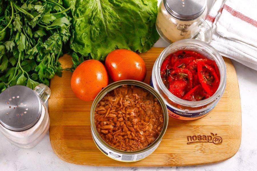 Подготовьте указанные ингредиенты. Заранее отварите куриные яйца в течение 12-15 минут и остудите в воде.