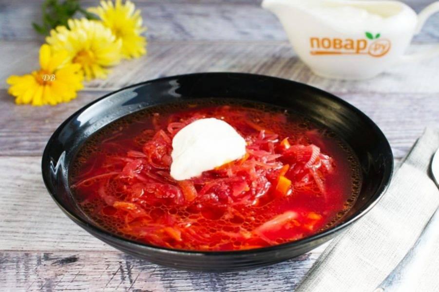 Подавайте суп со свежей зеленью и сметаной. Приятного аппетита!