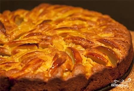 И ставим пирог выпекаться в разогретую до 180 градусов духовку минут на 30-35. Когда пирог остынет, вынимаем его из формы и подаем к столу.