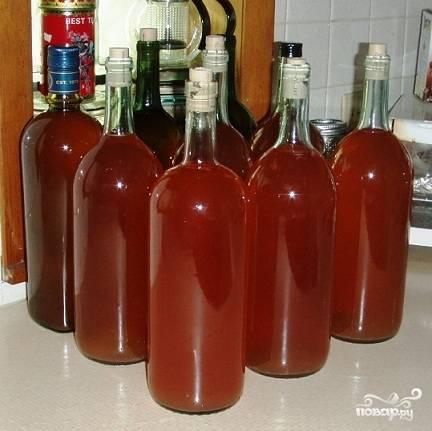 6. Перелейте клубничное вино в емкость, подходящую для хранения. Плотно закупорьте. Поставьте в подвал (или холодильник) с температурой 8-12 °C для дозревания. Выдержите его в таких условиях минимум 65 дней, при этом вкус вина намного улучшится. Вино из клубники готово к употреблению!