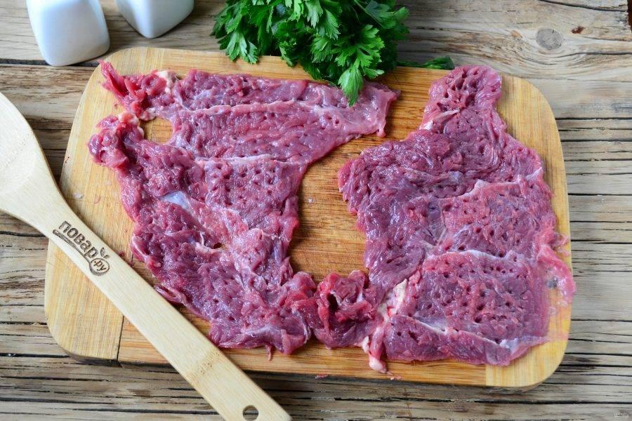 Мясо разрежьте на пластины толщиной 1-1,5 см. Аккуратно отбейте мясо с обеих сторон и сложите в глубокую мисочку небольшого размера.