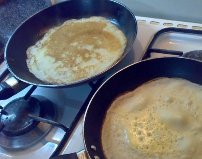 Затем пожарьте блины на хорошо разогретой сковороде, смазанной жиром или растительным маслом.