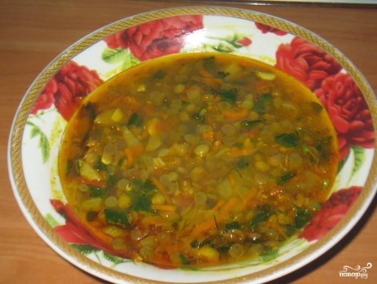 5. На последнем этапе отправляем в суп лук и морковь. Теперь следует посолить суп и в конце добавить сельдерей (можно зелень петрушки по вкусу).