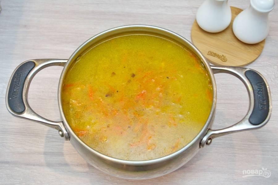 В бульон добавьте зажарку. Хорошо перемешайте.  Выдавите через пресс несколько зубчиков чеснока. Посолите и поперчите по вкусу. Можно добавить и других специй на ваш усмотрение. Доведите суп до готовности, а затем выключайте его.