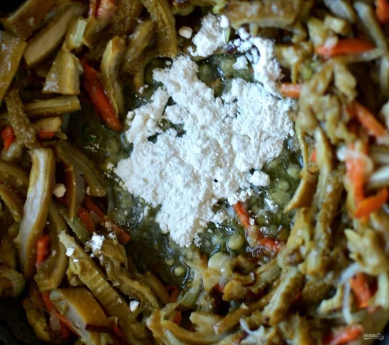 На сливочном масле немного подрумяньте лук и коренья. Добавьте нарезанный соломкой готовый рубец и тоже немного его подрумяньте. Посыпьте все паприкой. Разгребите рубец с овощами к стенкам сковороды и всыпьте в середину подсушенную муку.  Активно перемешивайте до золотистого цвета муки. Влейте немного бульона и дайте прокипеть при помешивании, чтобы избежать комочков.