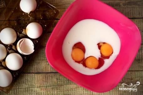 Наливаем в глубокую мисочку молоко и туда же вбиваем яйца.