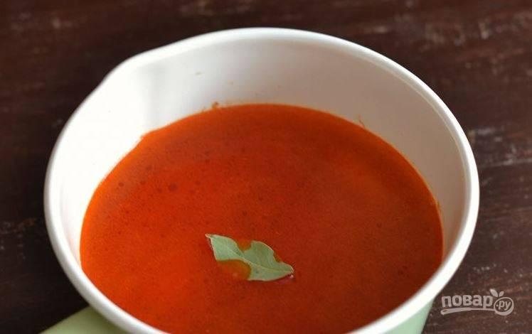 Затем добавьте к ингредиентам все количество воды, лавровый лист и соль. Поставьте на огонь и доведите до кипения.
