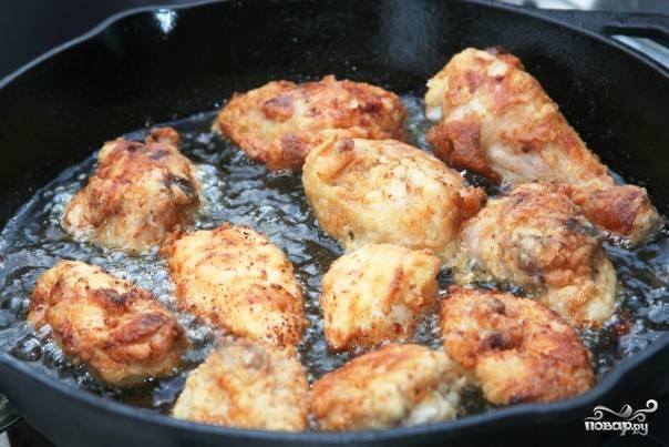 Разогрейте в сковороде с высоким бортиком растительное масло и укладывайте курочку так, чтобы она наполовину была в масле. Обжаривайте с обеих сторон до золотистой корочки. Ваша курочка готова!,)