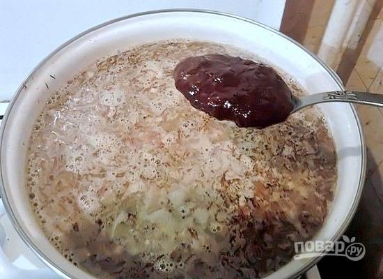 Добавляем в суп ткемали и запаренный шафран, хмели-сунели.