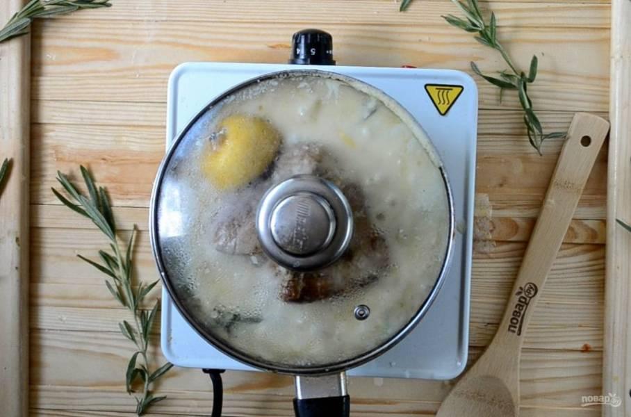 Накройте крышкой и тушите на медленном огне 1 час. При необходимости можно доливать немного воды или бульона, если будет испаряться слишком много жидкости. Также можно готовить блюдо в духовке, тогда просто переложите мясо вместе с соусом в жаропрочную форму с крышкой и запекайте при температуре 200 градусов 1-1,5 часа.