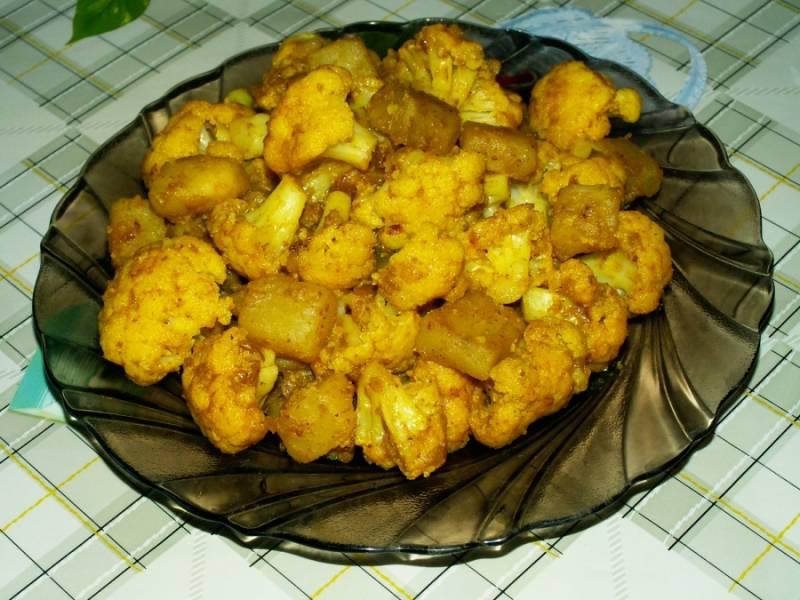 8. Когда выкипит вся вода, тушеная картошка с цветной капустой готова! Это рагу можно готовить прямо на сковороде и даже в мультиварке.