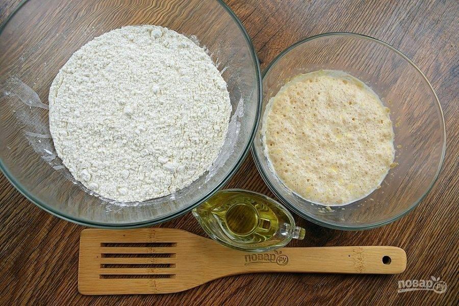 В теплом молоке растворите дрожжи и сахар. Поставьте в теплое место на 10 минут. Муку  и соль просейте в глубокую миску.