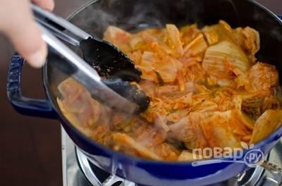 Капусту помойте, купно нашинкуйте и отправьте в сотейник обжариваться на растительном масле.