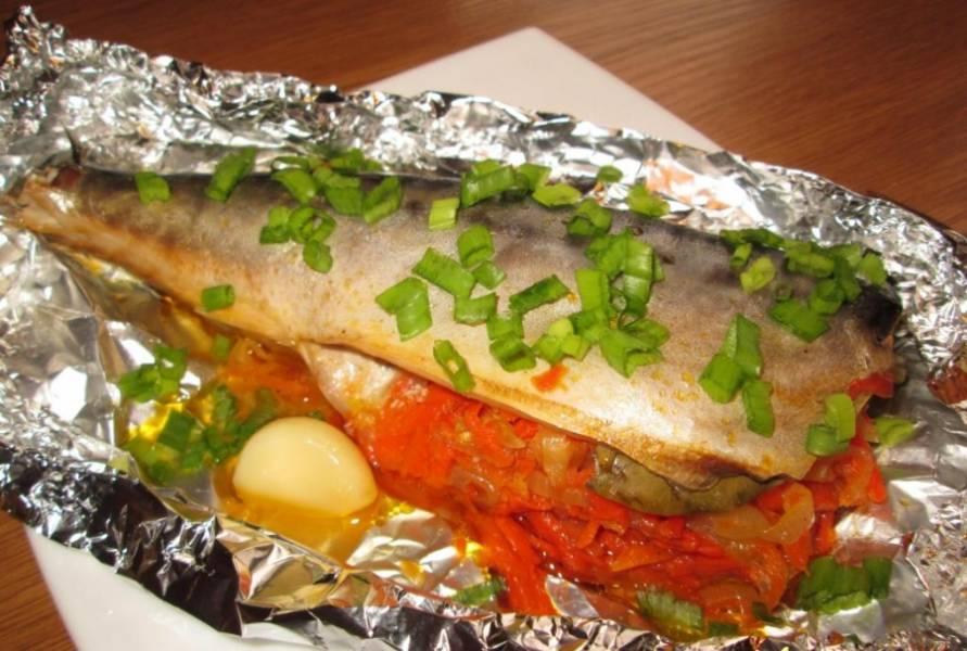 Готовую скумбрию фаршированную, запеченную в фольге можно подать с рисом или овощами, а также можете отварить картофель. Приятного аппетита!