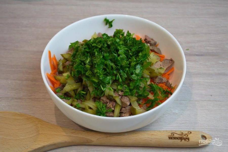 4. Зелень петрушки или другую зелень (доступную вам) нарежьте мелко. Добавьте в салатник.