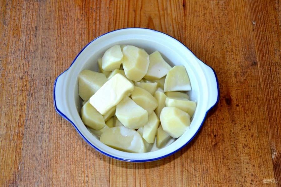 С готового картофеля слейте воду, сохранив ее. Влейте горячее молоко, добавьте сливочное масло и начните разминать, по необходимости подливая воду, в которой варился картофель.