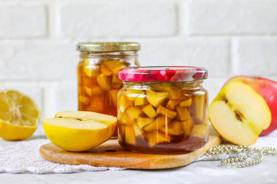 Храните заготовку яблок для пирогов в прохладном месте, чтобы она не засахарилась. Используйте при выпекании основы из теста, выкладывая на нее ломтики яблок и заливая сиропом или без него.
