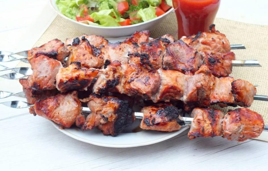 Готовый шашлык подавайте к овощному салату и любимым напиткам. Приятного аппетита!