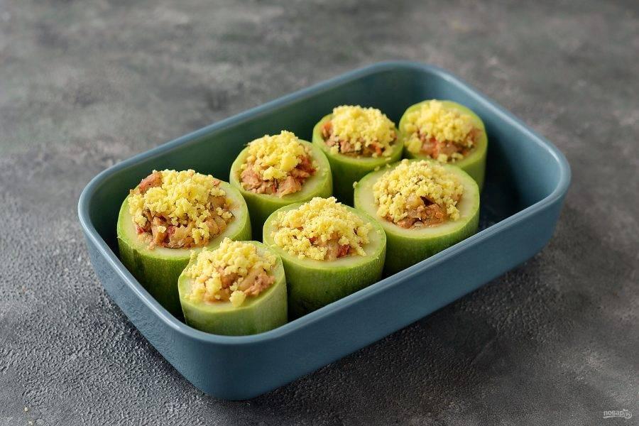 Сверху посыпьте тертым сыром. Отправьте в заранее разогретую духовку до 190 градусов на 10-15 минут.