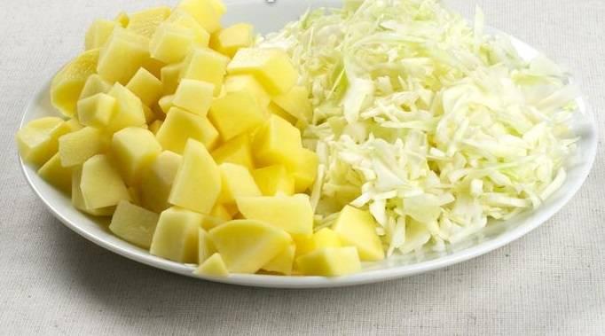 Картофель нарежьте кубиками, а капусту - соломкой.