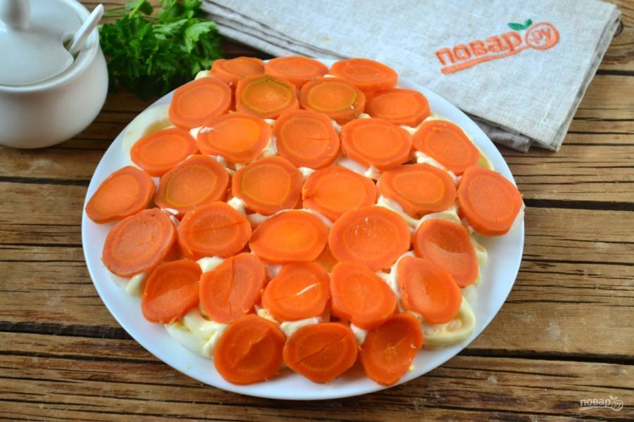 Кружочки моркови распределите по всей поверхности салата.
