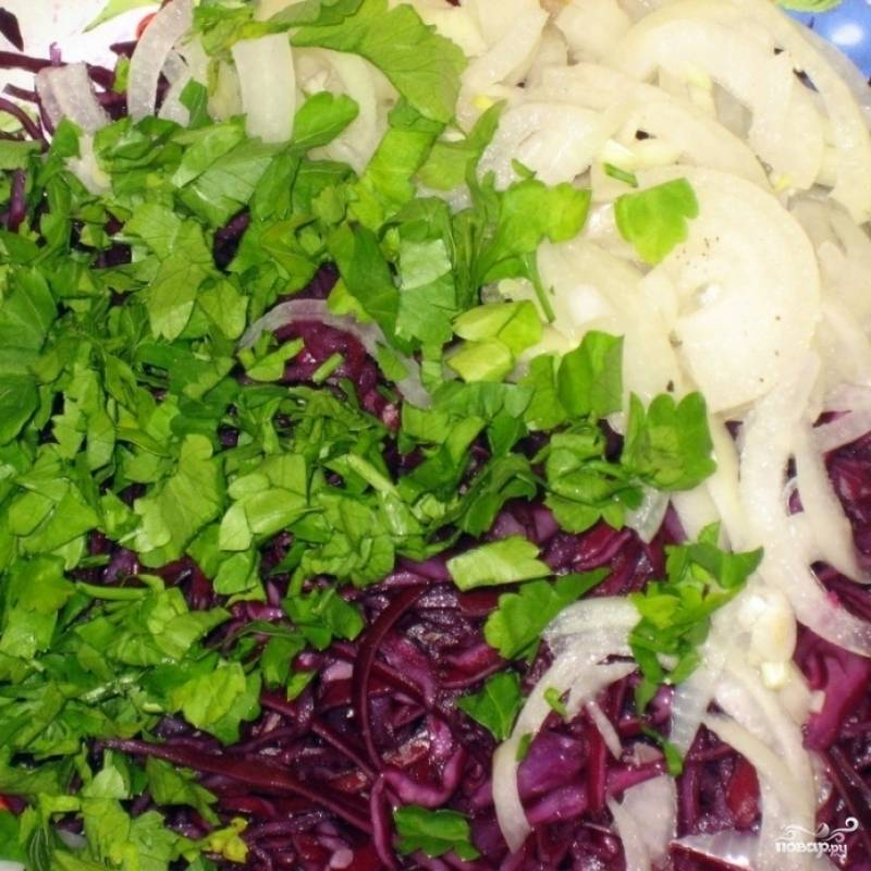 В салатнице смешиваем замаринованный лук (с небольшим количеством маринада), нашинкованную капусту и нарубленную зелень. Заправляем небольшим количеством масла.