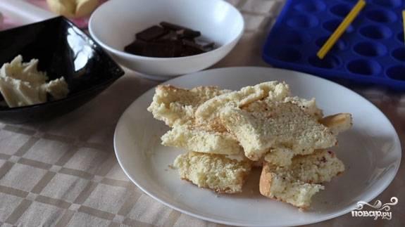 1. Для приготовления попкейков я брала уже готовое бисквитное тесто и шоколад. Масляный крем купила готовый. Можно использовать сгущенку. Итак, нам нужно измельчить бисквитное тесто в блендере до состояния бисквитной крошки.