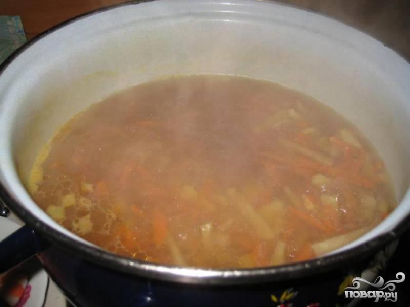 4.В бульон добавляем фасоль и картофель. Минут на пять оставляем кипеть. Моем и режем пекинскую капусту. Добавляем капусту в остальные овощи. Солим добавляем приправы опускаем креветки в суп. Провариваем минуты четыре.