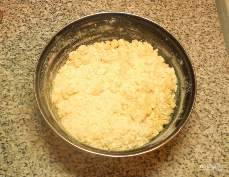 Теперь вам необходимо приготовить тесто. Для этого руками превратите в крошку нарубленный холодный маргарин с мукой, смешанной с содой. Затем вбейте сырое куриное яйцо, замесите тесто.