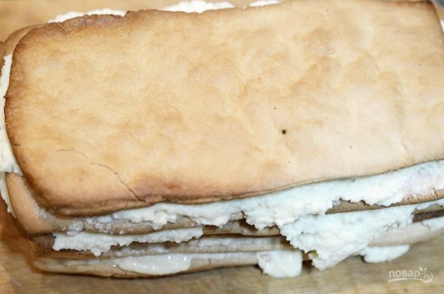 Промажьте этим кремом слои теста, каждый раз немножко придавливая Последний слой не мажем, придавливаем мини-тортик прессом и поставим на холод на 1 час.