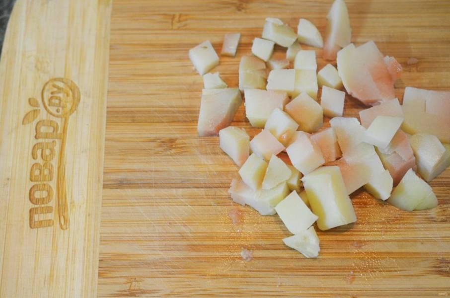 Картофель отварите вместе с чесноком и нарежьте кубиком