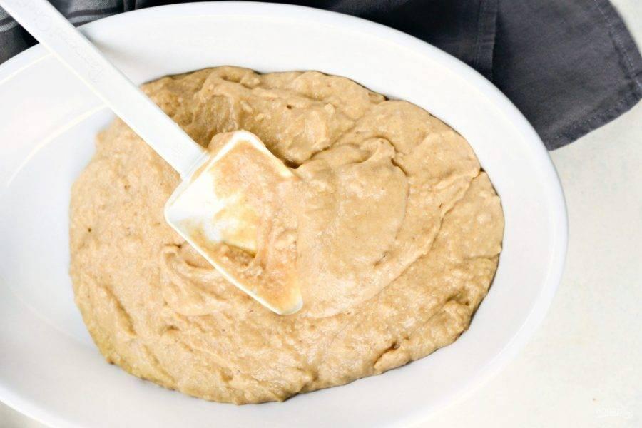 3. Замесите тесто венчиком. Переложите в форму для выпечки.
