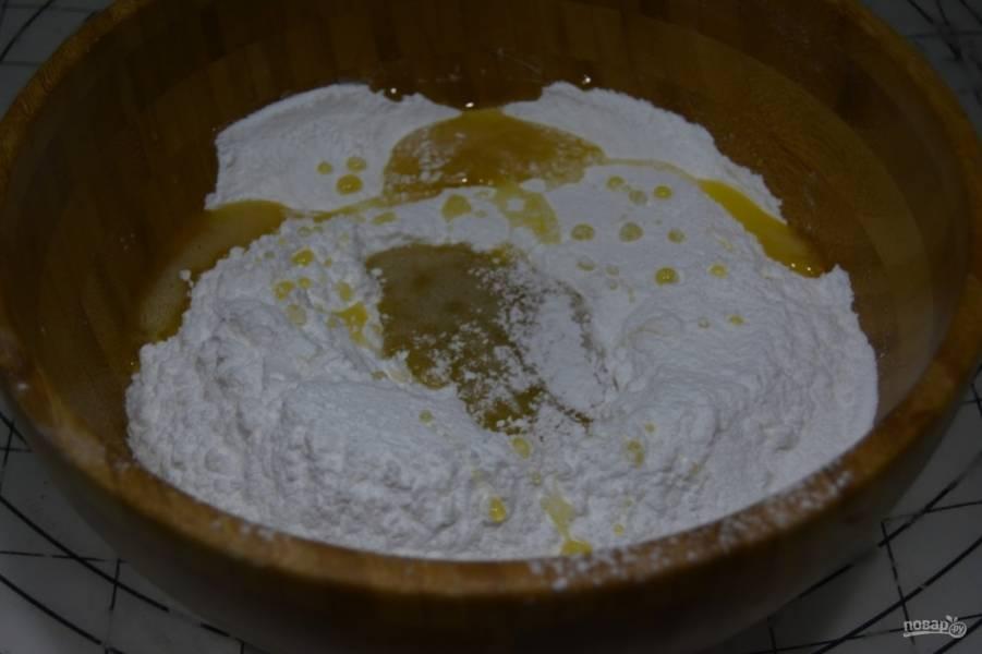 В глубокую посуду просейте сахарную пудру. Добавьте к ней мёд. Мешайте массу до эластичности, около 5 минут.