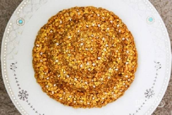 Добавим крем к песочным крошкам с орехами и перемешаем. Затем сформируем торт (можно посыпать тертым шоколадом или разноцветной кондитерской посыпкой) и уберем в холодильник минимум часа на 3. Вот и все!