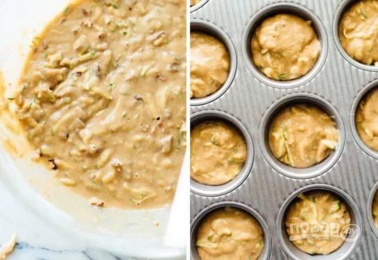 3. Готовое тесто разложите по формочкам, отправьте маффины в духовку. Запекайте минут 15-20 до готовности. Остудите немного на решетке и подавайте к столу. Приятного аппетита!