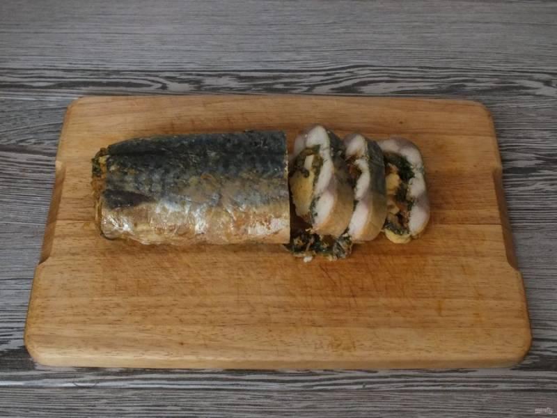Перед подачей рыбу нарежьте порционными кусочками.