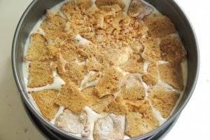 """Миндальное печенье """"Амаретти"""" нарежем дольками и выкладываем на суфле, немного придавливая."""
