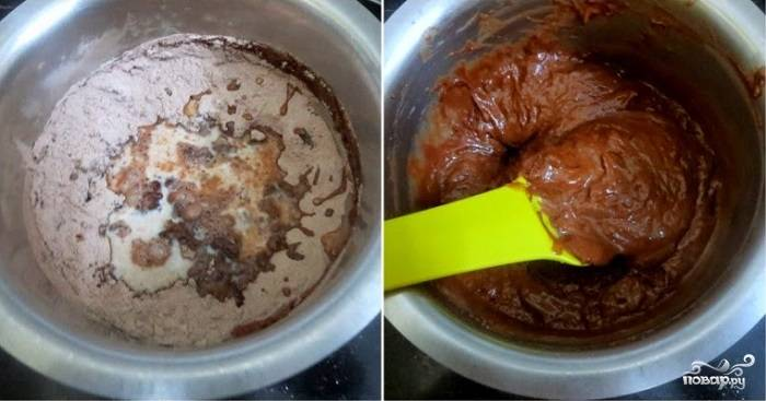 4. Добавьте уксус и молоко (можно заменить чистой водой). Тесто хорошо перемешайте, чтобы не образовались комочки.