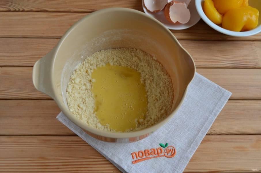 5. Влейте яичную смесь в мучную. Миксером соедините обе массы до получения однородного гладкого теста.