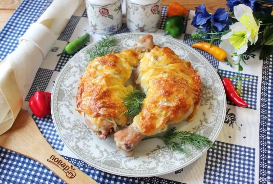 Куриные окорочка с чесноком и майонезом готовы. Подавайте к столу.