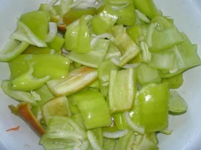Сладкий перец почистить и порезать.