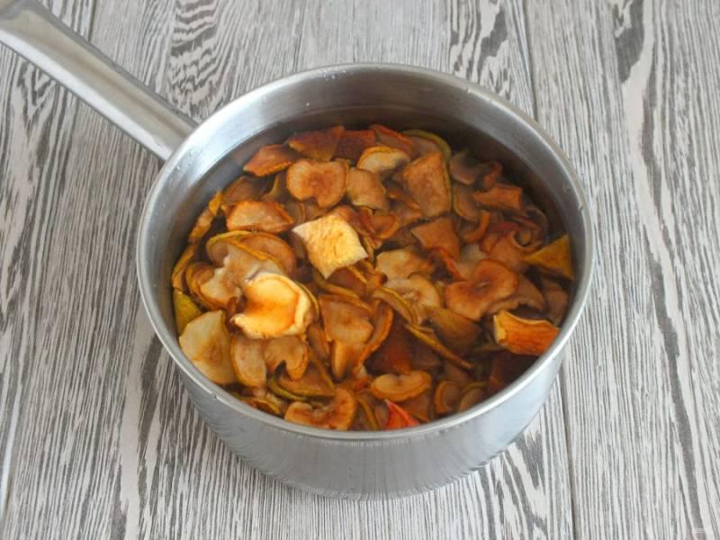 Пока тесто подходит, сделайте начинку. Сушеные яблоки хорошо промойте. Переложите в сотейник. Залейте водой, чтобы они были полностью покрыты. Поставьте на огонь и варите до мягкости, в течение получаса на среднем огне.