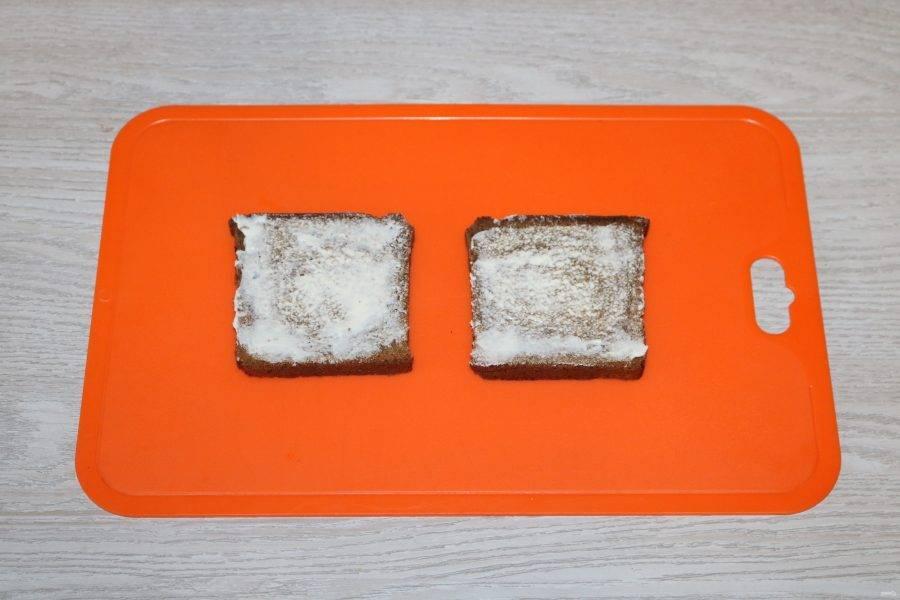 Два кусочка хлеба намажьте сливочным маслом.