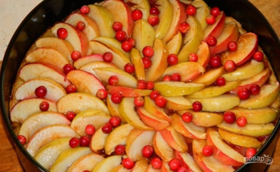 8.Готовый пирог достаю из духовки и сразу смазываю жидким медом, посыпаю оставшимися ягодами брусники и оставляю так до полного остывания.