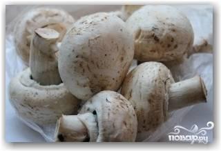 Выберите для этого блюда грибы примерно одинакового размера.